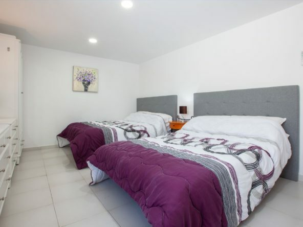 Casa Cristal - Twin Double Bedroom - King Sized Bed & Shared Bathroom